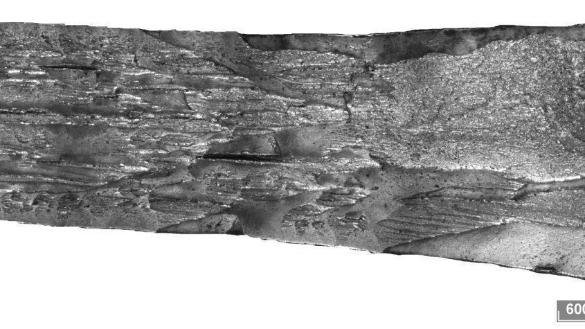 Поверхность разрушения полнотолщинного образца трубы после испытания падающим грузом. Стереомикроскоп + расширенный фокус