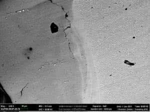 Изображение поперечного сечения выходной кромки лопатки, полученное в сканирующем электронном микроскопе при увеличении 610